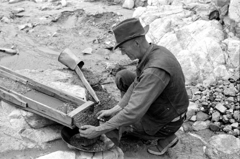 Prospector removing wire screen from bottom of sluice box_01